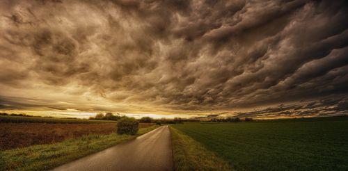 gamta,panorama,dangus,saulėlydis,dramatiškas,debesys,vakarinis dangus,dramos,nuotaika,dramatiškas dangus,abendstimmung,oro temperamentas,debesys formos,audros debesys,kelias,toli,niūrus,dengtas dangus,pagaminti,tamsūs debesys