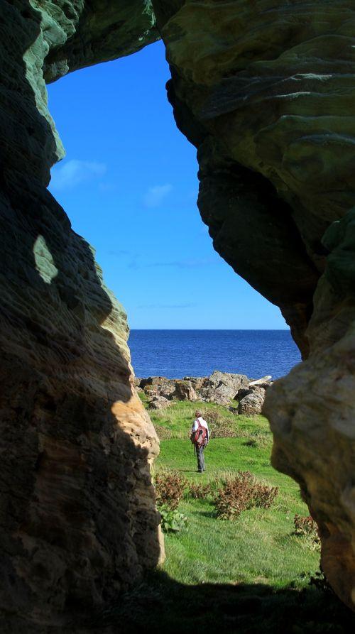gamta,lauke,Rokas,kelionė,vanduo,pajūris,kraštovaizdis,jūra,panoraminis,urvas,dangus,vasara,tyrinėjimas,akmuo,poilsis,vandenynas,dienos šviesa,lipti,Škotija,urvai,urvas,žygiai,vaikščioti,takas,pajūryje