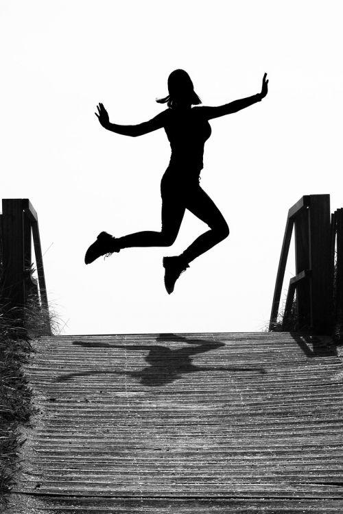 nauja pradžia, gyvenimo džiaugsmas, laikas baigėsi, siluetas, džiaugsmas, kilti, šokinėti, skristi, Lengvai, lengvumas, sėkmė, laimingas, Laisvas, laisvė, mergaitė, moteris, jauna moteris, sūpynės, šešėlis, ore, laisvas šuolis, šokinėja į išvadas, juoda ir balta, be honoraro mokesčio