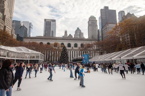 Niujorkas,nyc,Bryant parkas,Niujorkas,Manhatanas,amerikietis,usa,čiuožimo žiedas,dangoraižis,žiema,čiuožimo,miesto,žiemos metu,Kalėdos,šventė,lauke,linksma,sezonas,minios
