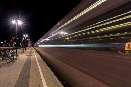 naktinė nuotrauka,naktinė fotografija,žibintai,apšvietimas,naktis,traukinių stotis,traukinys,geležinkelio eismas,platforma