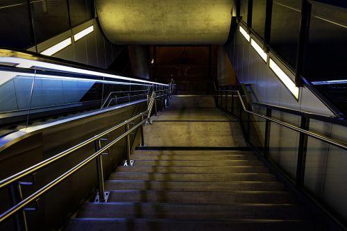 naktinė nuotrauka,traukinių stotis,laiptai,naktis,platforma,žibintai,apšvietimas,naktinis vaizdas,naktinė fotografija,geležinkelis,esch belval,liuksemburgas,geležinkeliai