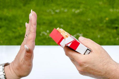 nerūkoma,cigarečių dėžė,cigaretės,rankos,atmesti,ne,Nustok rūkyti,nesveika,neigiamas požiūris,pasiūlymas,sustabdyti,nikotinas,tabakas,priklausomybe,labai priklausomybę