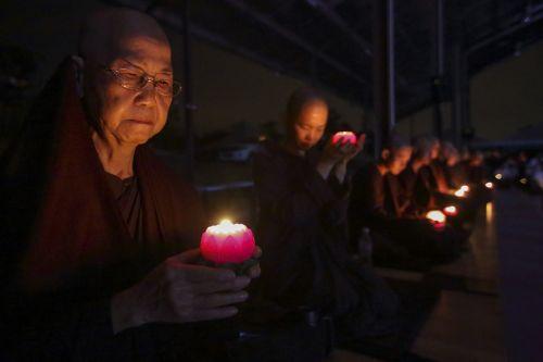 vienuolės su žvakėmis,palaiminimas,žvakės,apšvietimo žvakės,religija,religinis,šviesa,malda,melstis,teravada budizmo,dvasingumas,meldžiasi,dvasinis,vienuolės,pasakykite,garbinimas,viltis,Sugalvok norą,aspiracija,nori