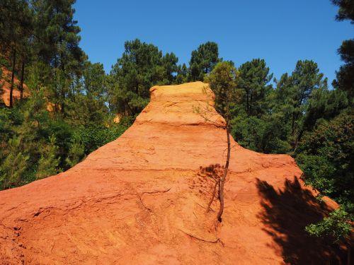 ochros uolienos,ochra,ochr karjeris,Rokas,spalva,šviesus,spalvinga,oranžinė,raudona,geltona,roussillon,lankytinos vietos,luberono masyvas,france,Vaucluse,ochra mine,Provence,ochros spalvos,raudona ochra,ockerbraun,ochro kalnakasyba,žemės spalva,rudas akmuo,molio mineralas,Vaucluse departamentas,Provence-Alpes-Côte dAzur,arrondissement apt,kantonas apt,gamtos parkas luberon,apt,gordes,chaussee of geants,falaises de sang,mišinys,atspalvis,pušynas,pušis,miškas