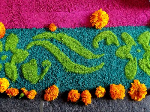 siūlyti,aukos,festivalis,kultūra,tradicija,meksikietis,Meksika,amatai,tipiškas,pataisyti,spalvos,rosa,žalias,geltona,tekstūra,fonas,gėlių motyvas,pjuvenos,populiarūs festivaliai,marigolds,meksikietiška tradicija,menas pjuvenomis,meksikietiška rožė,fuksija,meksikietiškos šventės