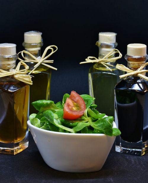 aliejus,alyvuogių aliejus,graikinių riešutų aliejus,actas,prieskoniai,ėrienos salotos,arugula,gerti,butelis,stiklas,maistas,stalas,daržovių aliejus,natiurmortas,fonas,gurmanams,naudos iš,salotos,starteris,žalias,riebi,rūgštus,druska,pipirai,virtuvė,virėjas