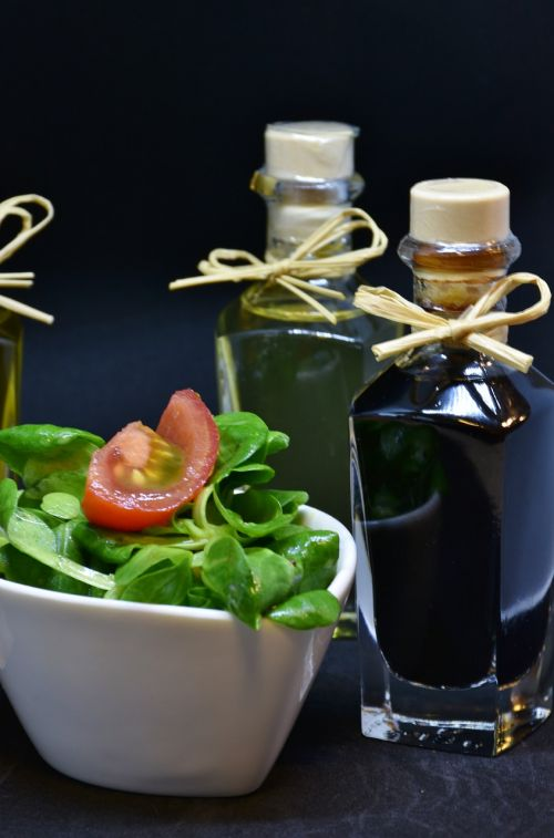 aliejus,alyvuogių aliejus,graikinių riešutų aliejus,actas,prieskoniai,ėrienos salotos,arugula,gerti,butelis,stiklas,maistas,stalas,daržovių aliejus,natiurmortas,fonas,gurmanams,naudos iš,salotos,starteris,žalias,riebi,rūgštus,druska,pipirai,virtuvė,maisto ruošimas,vegetariškas,sveikas,skanus,foodfoto