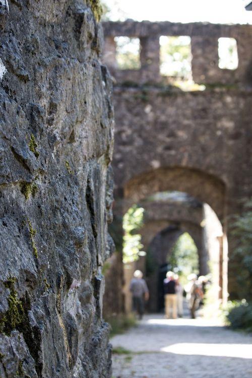 senas,pilis,baden baden,baden württemberg,Vokietija,turizmas,mūra,siena,griuvėsiai,arka,riteris,pasakos
