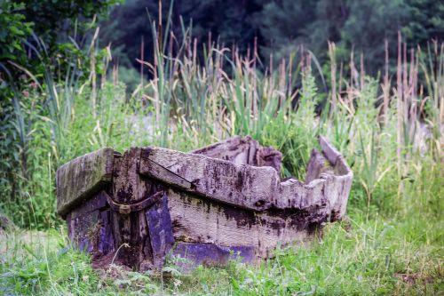 senoji valtis,supuvusi valtis,irklavimo valtis,medinė valtis,vanduo,žvejybos laivas,žvejyba,prieplauka,kranto,gamta,nuolaužos,ežeras,vandenys,jūra,pasibaigė,bankas