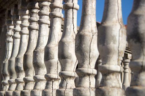 seni stulpeliai,dangus,vasara,stulpeliai,struktūra,architektūra,namas,statyti,senas,krekas,plyšiai akmenyje,betono įtrūkimai