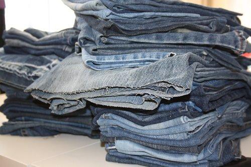seni džinsai, krūva džinsus, perdirbimas, senus drabužius, mėlyni džinsai, pakartotinis