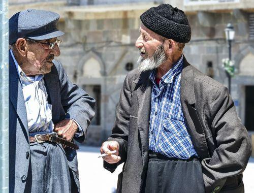 senas vyras,senas vyras,vyresnieji,kalbėti,pokalbis,malonumas,cigarečių,data,istorinis,senas,Terry,mintis,vyras,Turkija,gatvė,vaikščioti,forlorn,vienatvė,laimingas vyras,laimingas vyras,bebras,berniukas senas,senelis,skullcaps vyras,skrybėlių vyrukas,gulėti,taikus,šypsosi,mėlynė žmogus,beretė,skullcap,skrybėlę,senas senelis,viltingas,pilna meilės,meilė,taika,grožis,senas dirvožemis,senas vaizdas,analoginis filmas,nuotrauka,dėmesingas,juokinga,maitina senjorus,rūkyti
