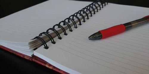 nešiojamojo kompiuterio, nešiojamieji kompiuteriai, rašymas, rašyti, žurnalas, dienoraštis, spiralinė & nbsp, užrašinė, rašikliai, Užrašų knygelė, spalvotas & nbsp, rašiklis, raudona & nbsp, rašiklis, atidarykite & nbsp, užrašų knygutę, tuščias & nbsp, puslapis, atidaryti nešiojamą kompiuterį su raudonu rašikliu