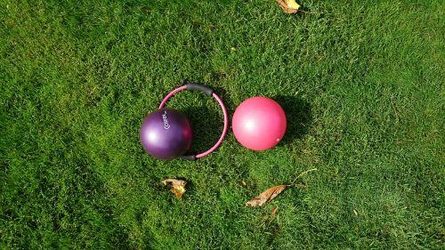 atvira erdvė,žalias,sportas,žolė,pilateso kamuolys,ratas,pilatesas,forma