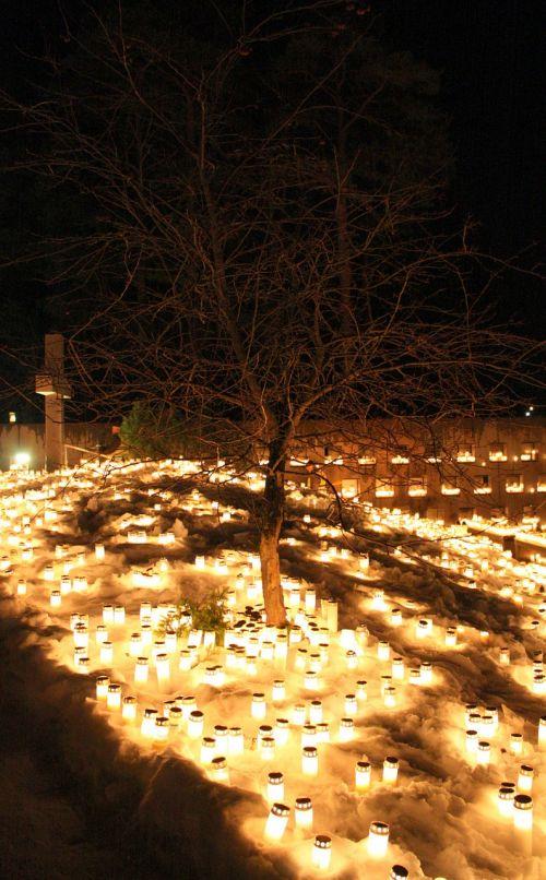 Oulu,finland,žiema,sniegas,ledas,žvakės,naktis,vakaras,paminklas,kapinės,medis,kirsti,žibintai