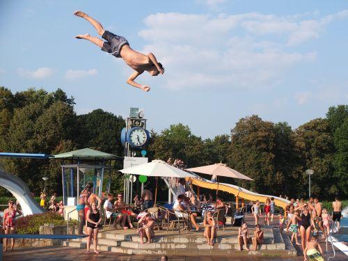 lauko baseinas,vasara,plaukiojimo baseinas,plaukti,šokinėti,sprogturm,Somersault,varžtas,rotacija,skrydis,oras,judesio įrašymas,baseinas,linksma,pasinerti,Sportas,atnaujinti,laisvalaikio baseinas