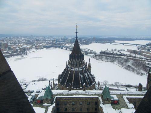 nepastebėti,žiema,sniegas,balta,sezonas,šaltas,atostogos,kelionė,gamta,su vaizdu,dangus,užšaldyti,parlamentas,Kanada,otava,Kanados kapitalas,upė,užšalusi upė,Otava upė,tiltai,biblioteka,istorinė svetainė,ištirti Kanadą