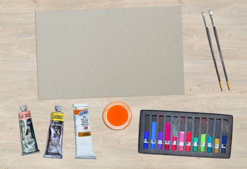 dažyti,aliejiniai dažai,stalas,popierius,šepečiai,šepetys,spalva,menininkas,drobė,teptukas,maišymas,meno,kreidos,švietimas,mokykla