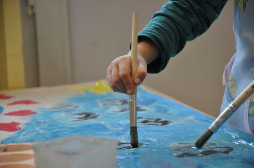 dažyti,šepetys,vaiko rankena,linksma,dažų spalvos,darželis