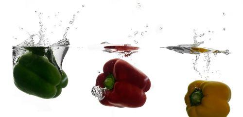 paprika,daržovės,vitaminai,vitamino C,vanduo,švirkšti,daržovės vandenyje,panardinimas,sveikas,maistas,mityba,valgyti,raudona,žalias,geltona