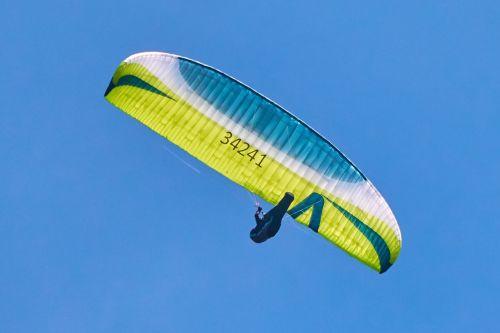 paragliding,skristi,dangus,laisvė,paragleris,mėlynas,Sportas,vasara,kalnai,skrydis,erdvus,debesys,parasailing,spalva,slide,oras,žalias