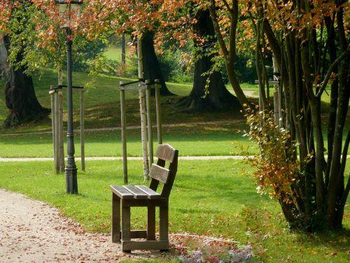 parkas,bankas,parko suoliukas,poilsis,sėdynė,medinis stendas,atsipalaiduoti,žalias,senas stendas,ramybės pagrindas,stendas