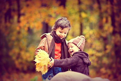 parkas,ruduo,rudens parkas,berniukas,kūdikis,rudens lapai,rudens miškas,rudens gamta,gamta,aukso ruduo,listopad,kritimo spalvos,rudens lapas,miškas,geltonieji lapai,vaikai,broliai