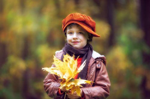 parkas,ruduo,rudens parkas,berniukas,kūdikis,rudens lapai,rudens miškas,rudens gamta,gamta,aukso ruduo,listopad,kritimo spalvos,rudens lapas,miškas,geltonieji lapai,dangtelis,kepi,vaikas