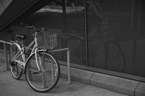 stovintis dviratis,atspindys lange,dviračio atspindys,nėra žmonių,dviratis dviratis,juoda ir balta,bw,moteriškas dviratis