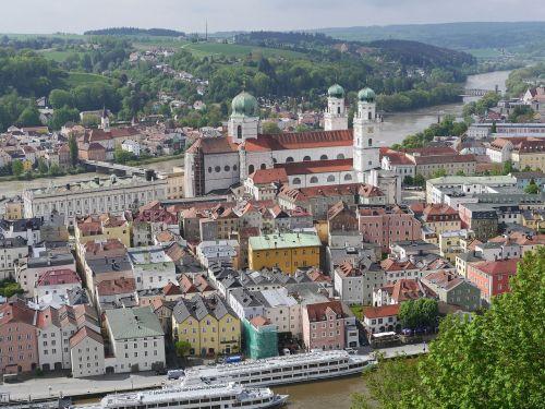 passau,Senamiestis,Dom,Danube,užeiga,spalvinga,eng,upė,viršutinė dalis,susivienijimas,veste oberhaus,istorinis senamiestis,kruiziniai laivai,keleiviniai laivai,viešbučio laivai,lankytinos vietos,Vokietija,istoriškai,bavarija,svogūnų kupolas