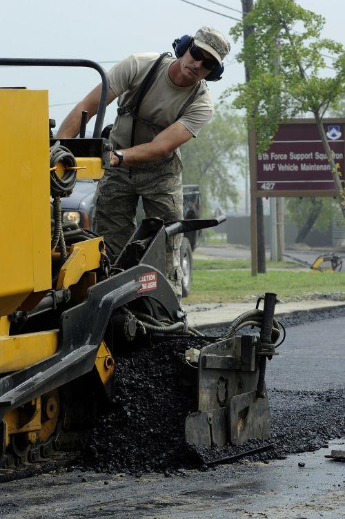 buldozeris,vairavimas,asfaltas,kelias,statyba,darbuotojas,darbo,mašinos,sunkus,įranga,purvinas