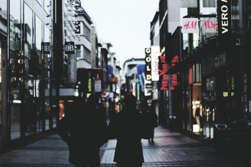 žmonės,vaikščioti,apsipirkimas,parduotuvės,mažmeninė,rinkodara,pardavimai,žmonės eina,siluetas,pastatai,vaikščioti žmonės,parduotuvė,vakaras