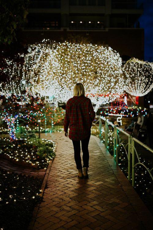 žmonės,moteris,žibintai,tamsi,naktis,festivalis,šventė,šventė,Kalėdų žiburiai,Kalėdos