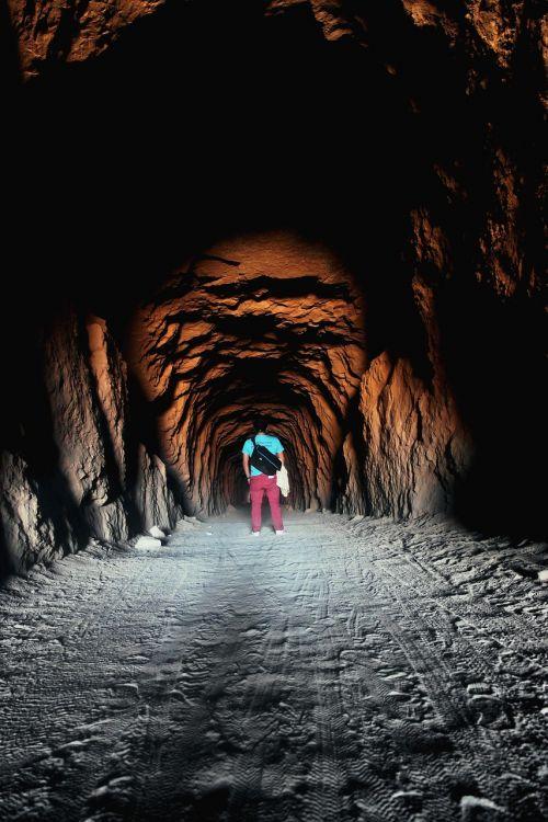 žmonės,vyras,vienas,kelionė,tamsi,tunelis,urvas,šviesa