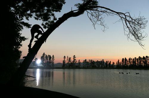 žmonės,vyras,alpinizmas,medis,augalas,ežeras,vanduo,gamta,tamsi,saulėlydis,dangus,debesis,kraštovaizdis