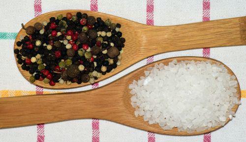 pipirai,pipiriniai kukurūzai,prieskoniai,sezonas,grūdai,Juodasis pipiras,spalvoti pipirai,spalvinga,virtuvė,virėjas,biudžetas,Virtuvinis rankšluostis,kaimiškas,maistas,ingridientai,ryškumas,druska,pipirai ir druska,dekoratyvinis,šaukštas,medinis šaukštas