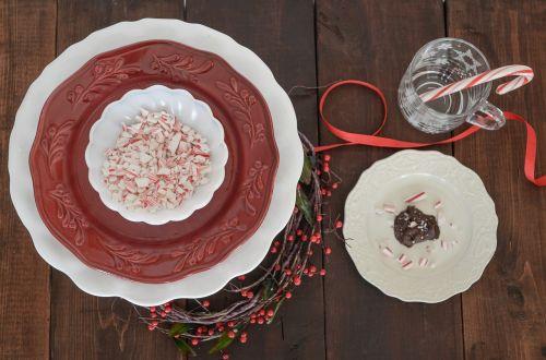 peppermintai,susmulkinti saldainiai,saldainiai,saldainiai,saldainiai,gydo,viršutinis vaizdas,raudona ir balta,šventinis,saldainiai,atostogos