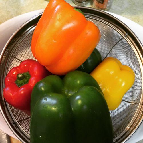 pipirai,žalias,geltona,raudona,maistas,sveikas,šviežias,Sveikas maistas,mityba,ekologiškas,valgymas,vegetariškas,žaliavinis,sveikai maitintis,natūralus,žalias maistas,salotos,ingredientas,daržovių