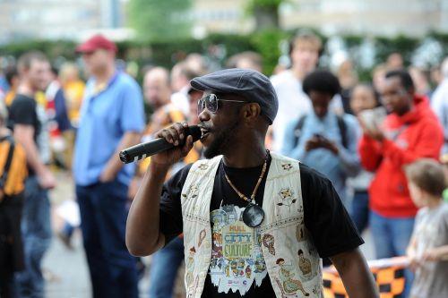 atlikėjas,juodas atlikėjas,vyro atlikėjas,vyrų dainininkė,juoda dainininkė,dainuoti,gatvės dainavimas,gatvės veikimas