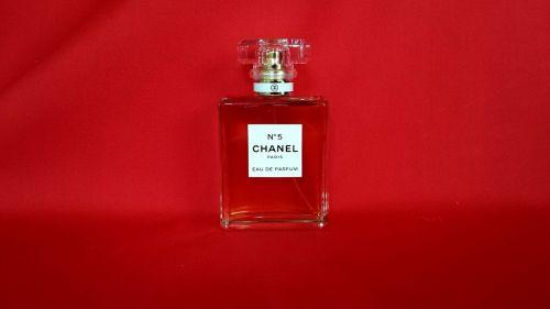 Kvepalai,aromatas,kvepalai,butelis,stiklas,skaidrus,aromaterapija,mada,prabanga,aromatingas,aromatiniai,moteris,kosmetika,kvapas,Moteris,elegancija,kvapas,balta,glamoras,purkšti,kvapas,skystas,Kelnas,raudona,aišku,kosmetika,higiena,kvapas,purkštuvas,parfumerija,konteineris,garintuvas,puokštė,moteriškas,elegantiškas,losjonas,dovanos,auksinis,aerozolis,ekstraktas