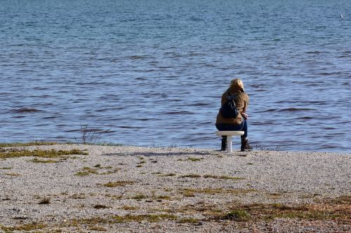 asmuo,atskirai,vanduo,ežeras,vandenys,sėdėti,gamta,žmogus,nuotaika,moteris,atrodo,poilsis,atsipalaiduoti,atsigavimas,laisvalaikis,tylus,ilgesys