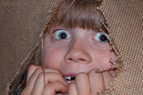 asmuo,žmogus,mergaitė,vaikas,akys,veidas,išgąsdinti,išsigandęs,nerimas,baimė,emocijos,džiutas,džiuto maišas,Uždaryti