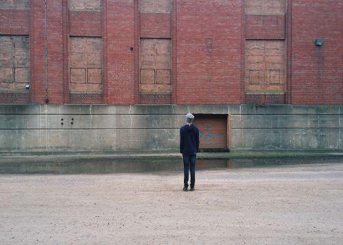 asmuo,miesto,gamykla,paliktas