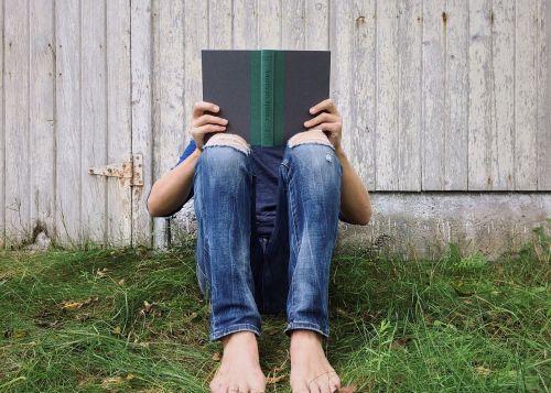 asmuo,jaunas,skaitymas,lauke,vasara