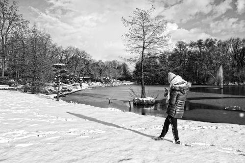 asmuo,stovintis,sniegas,žiema,tvenkinys,fontanas,parkas,kraštovaizdis,vaizdingas,poilsis,saulėta diena,žiemos diena