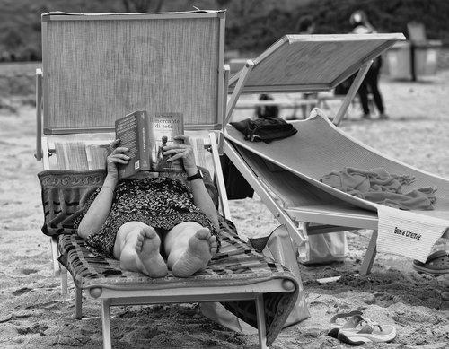 žmogus, moteris, žmonių, skaitymas, knyga, gulintis, Sėdima, paplūdimio kėdės, papludimys, laisvalaikis, šventė, Laisvalaikis