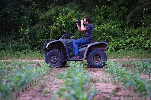 žmogus, kukurūzų eilių, laukas, portretas, ūkis, kukurūzų, žemės, Žemės, Žemdirbystė, žemės ūkio naudmenų, kaimo, dirvožemio, maisto, kaimo, vyras, augalai, kameros lęšis, Niva, pasėlių, žemės ūkio, Patinas, ATV, išjungti kelio, Quad