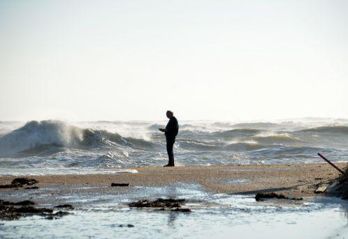 asmuo, vienas, papludimys, Debesuota, audringas, oras, vandenynas, bangos, audra, vanduo, jūra, smėlis, jūros dugnas, lauke, vienas asmuo paplūdimyje