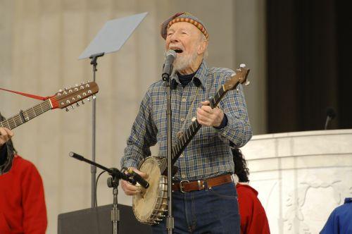 pete seeger,liaudies muzika,pramogų atlikėjas,legenda,žinomas,banjo,scenoje,Vašingtonas,žaisti,atlikti